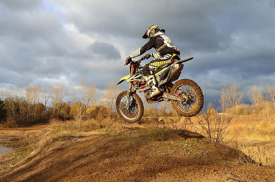 What is a hydraulic clutch on a dirt bike?